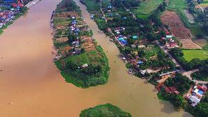 มหัศจรรย์! 'แม่น้ำสองสี' กับวิถีชีวิตเรียบง่ายของชาวลุ่มน้ำ