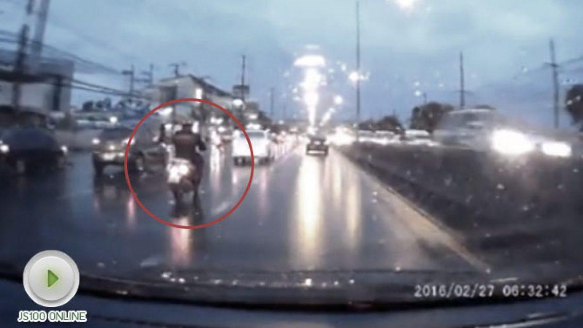 นาทีชีวิต ชายหนุ่นขับรถจักรยานยนต์ หวิดเกือบโดนเหยียบซ้ำ (18-10-60)