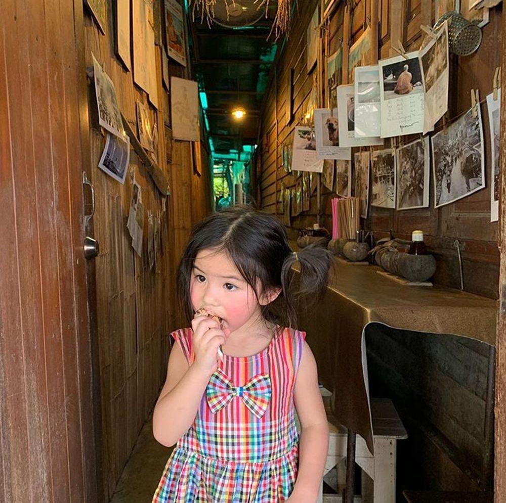 สาวน้อยแก้มแดงเดินตลาดน้ำอัมพวา
