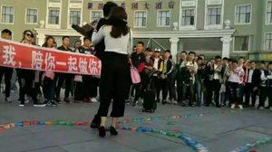 หนุ่มจีนเซอร์ไพรซ์ขอแฟนสาวแต่งงานด้วย ถุงยางอนามัย 999 กล่อง
