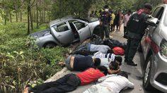 กระบะขนแรงงานเถื่อนแหกด่านตรวจ เจ้าหน้าที่ขับรถไล่ล่า สุดท้ายเสียหลักชนต้นไม้