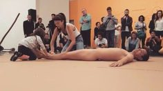 เสื่อม ? การแสดงศิลปะ ให้เด็กหญิง 4 ขวบ จับร่างกายชายแก้ผ้า