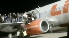 มีระเบิดในกระเป๋า! ผู้โดยสาร 'ไลอ้อน แอร์' แห่โดดปีกเครื่องบินหนีตาย !! (ชมคลิป)