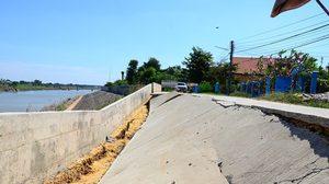 ถนนเมืองอ่างทอง ทรุดตัวลึกกว่า 2 ม. หลังระดับน้ำเจ้าพระยาลดลง