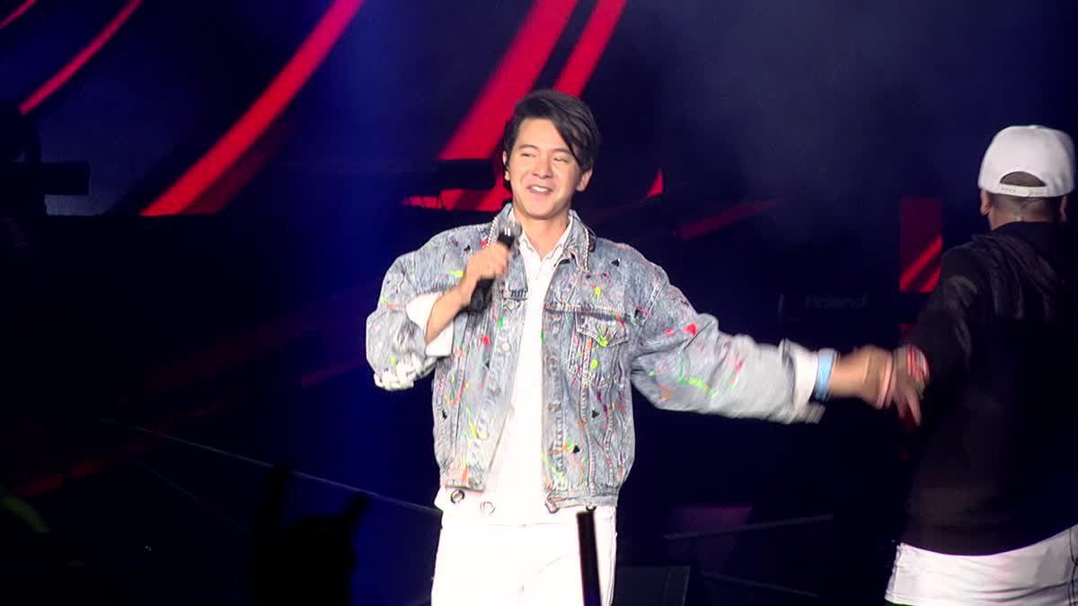 ไอซ์ ศรัญยู โชว์เพลง คนมันรัก, คนใจง่าย บนเวทีคอนเสิร์ต  J-DNA Concert