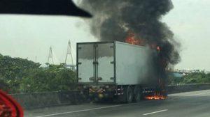 ไฟไหม้รถ 10 ล้อ บริเวณสะพานกาญจนาภิเษก ทางด่วนบางพลี-สุขสวัสดิ์