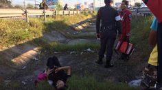 ชาวบ้านรุดช่วย หญิงนอนสลบในร่องกลางถนน คาดถูกทิ้งขณะโดยสารมากับรถตู้