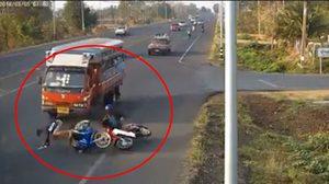 เปิดคลิปสุดสลด! นร.ขับจักรยานยนต์ไปสอบ ถูกเบียดล้มเจอสองแถวทับดับคาที่