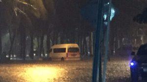 บางแสนอ่วม! น้ำท่วมหาดสูงเสมอฟุตปาธ หลังฝนตกหนัก