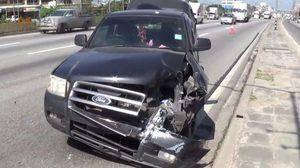 งงตาแตก! ล้อรถบรรทุกปริศนา วิ่งชนรถกระบะจอดข้างทางพังเสียหาย