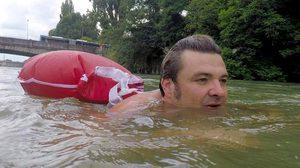 หนุ่มออฟฟิศที่เยอรมัน เลือกที่จะ ว่ายน้ำ ไปทำงานทุกวัน…..เพราะเบื่อรถติด!!