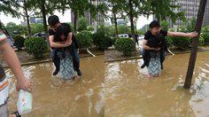สาวจีนสุดสตรอง แบกแฟนข้ามน้ำท่วม กลัวรองเท้าราคาแพงของแฟนพัง