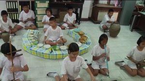 ไอเดียเจ๋ง! ครูจ.สิงห์บุรี ทำเครื่องดนตรีรีไซเคิลสอนนักเรียน