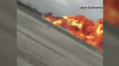 นาทีชีวิต! เครื่องบินเล็กพุ่งชนรถบนทางด่วน ก่อนระเบิดไฟลุกท่วม