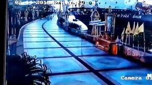 คลิปนาทีระทึก เรือสินค้าพุ่งชน เขื่อนกั้นแม่น้ำที่สมุทรปราการ