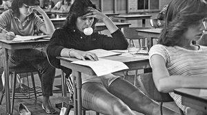 หาดูยาก! 14 ภาพย้อนบรรยากาศ วัยรุ่นยุค 70's ที่ถูกถ่ายโดยครูโรงเรียนมัธยม