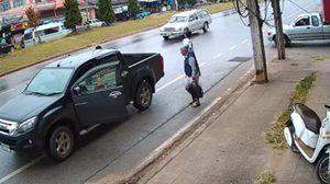 สุดยอด!! กระบะเสียหลักหมุนเคว้งกลางถนน แต่กลับประคองได้ปลอดภัย