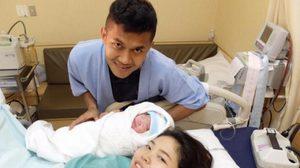 """ของขวัญล้ำค่า! มงคล ปลื้มได้ลูกชายตั้งชื่อ """"น้องมาวิน"""""""