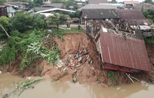 แม่น้ำกัดเซาะตลิ่งพัง บ้านเก่าริมน้ำทรุด จ.นครพนม
