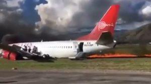 คลิประทึก! เครื่องบินไถลออกนอกรันเวย์จนไฟลุกไหม้ โชคดีไร้เจ็บ-ตาย