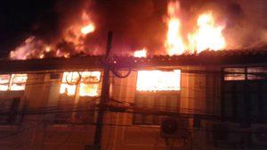 ระทึก! ไฟใหม้ตึกแถวถนนแพร่งนรากลางดึก เสียหาย 13 คูหา