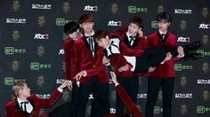 ไอดอลเกาหลีดวลโพสท่าแปลกกลางพรมแดง Golden Disk Awards