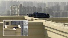 หนุ่มจีนคิดสั้นจะกระโดดตึกตาย แต่ เมา หนักไปหน่อย…เลยนอนหลับอยู่บนดาดฟ้าแทน