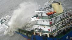 นาทีกู้ภัยฮ่องกงเข้าช่วยลูกเรือ หลังถูกพายุปาข่าซัดถล่มจมเรือลงทะเล
