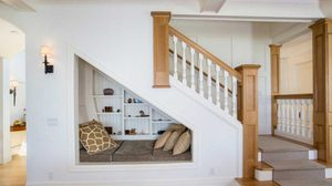 charming-reading-nook-under-stairs_decormthai_zom_2015