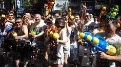 ประมวลภาพ : นักท่องเที่ยวเล่นน้ำสงกรานต์ ที่ถนนสีลม