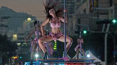 ไต้หวันลงทุนจ้าง สาวเซ็กซี่ เต้นรูดเสา ในงานเทศกาลประจำปี เพื่อสืบทอดประเพณีดั้งเดิม