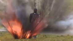 คนจริง!! หญิงรัสเซียลงทุนเดินผ่านดงระเบิด เพื่อทดสอบ ชุดเกราะ รุ่นใหม่