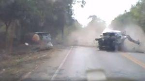 จี้ตำรวจตามจับ เก๋งแซงในเส้นทึบ ก่อนทำรถคันอื่นชนแทนร่างกระเด็น