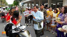 นายอำเภอศรีราชาแต่งชุดไทย แจกหมวกกันน็อก มะม่วงน้ำปลาหวาน ส่งออเจ้ากลับบ้านปลอดภัย