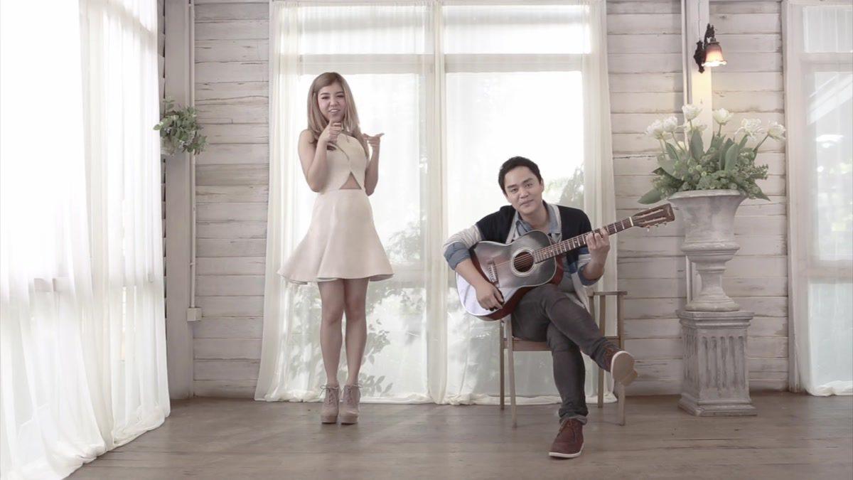[MONO MUSIC Cafe] เพิ่งรู้ว่ารัก..รัก..รัก - โตน Sofa feat. แพร G-Twenty [Official MV]