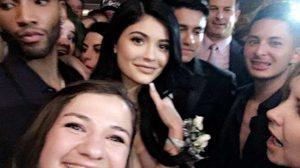 อิจฉาสุดๆ หนุ่มโชคดี ควง Kylie ไปงานพรอมโรงเรียนมัธยม หลังจากโดนคู่เดตปฎิเสธ