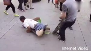 หนุ่มใจเด็ด แฉ ! ดึงกางเกงหนุ่มพิการลวงโลก ที่แท้แค่พับขา