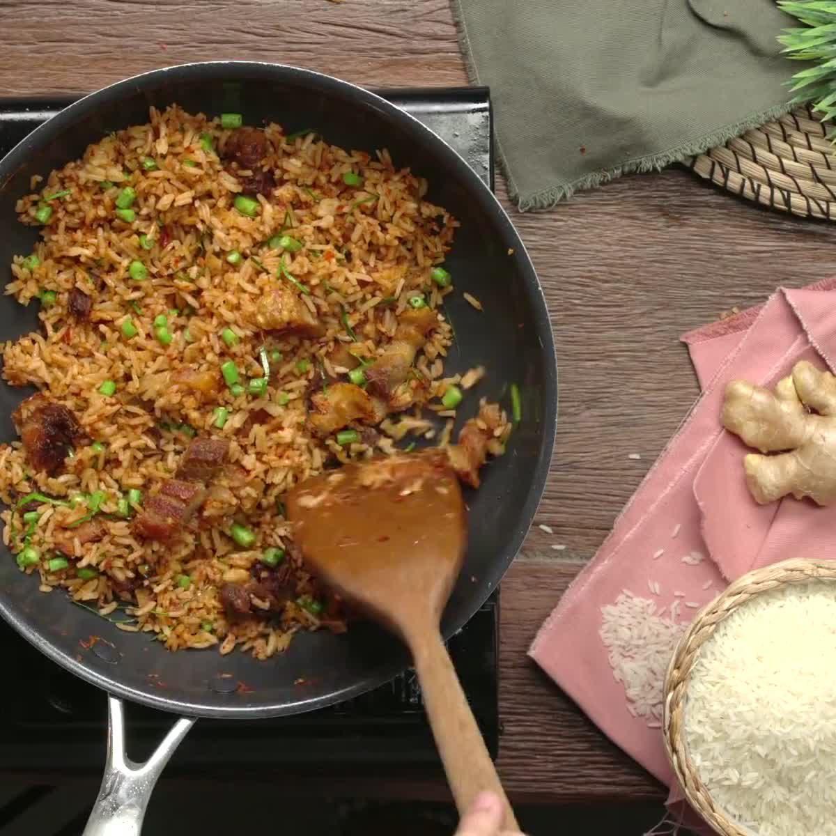 """วิธีทำ ข้าวผัดพริกขิงหมูกรอบ กินข้าวกัน by """"แม่อ้อ"""""""