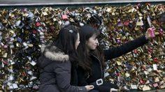 หวั่นสะพานพัง ฝรั่งเศสวอนนักท่องเที่ยวถ่ายเซลฟี่ แทนล็อคกุญแจ