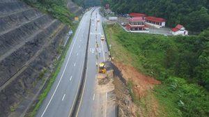 เร่งซ่อมถนนเพชรเกษมพัทลุง-ตรัง หลังดินสไลด์ลึกกว่า 15 เมตร