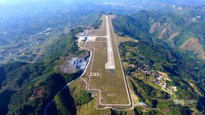 สนามบินเห่อฉี  สร้างตามแนวภูเขาสูงกว่า 600 เมตร