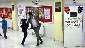 วิธีทักทายของครูกับนักเรียน เต้นสักเพลงก่อนเข้าเรียนไหมละ