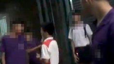 แชร์ว่อน คลิปนักเรียนไทยยืนสูบบุหรี่ รุมกระทืบรุ่นน้อง