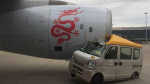 เมาหรือเปล่า ?? นาทีรถตู้สนามบินพุ่งชนเครื่องบินที่ฮ่องกง