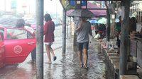 ฝนตกน้ำท่วมฟุตปาธ ย่านปทุมธานี ทำสาวเดินตกร่องระบายน้ำ ถูกเหล็กบาดเลือดอาบเท้า