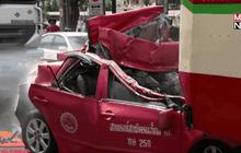 รอดปาฏิหารย์ คนขับแท็กซี่ถูกรถโม่ปูนชนท้ายอัดหลัง