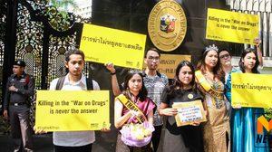 """นักกิจกรรมแอมเนสตี้ ยื่นสถานทูตฟิลิปปินส์ ปมละเมิดสิทธิมนุษยชน """"สงครามปราบปรามยาเสพติด"""""""