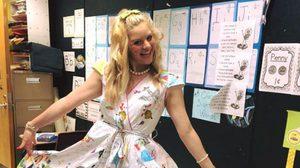 ครูสาว ปิ๊งไอเดีย ให้เด็กนักเรียน แต่งแต้มชุดสีขาว ใน วันปิดภาคเรียนสุดท้าย