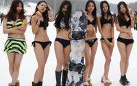 พริตตี้จีน ใส่บิกินี่กลางหิมะ โปรโมตสกีรีสอร์ท เห็นแล้วหนาวแทนเลย