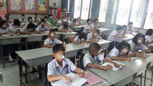 เปิดเทอมวันแรก ครูให้นักเรียนลองปิดตา 1 ข้าง เพื่อสำนึกในพระมหากรุณาธิคุณ